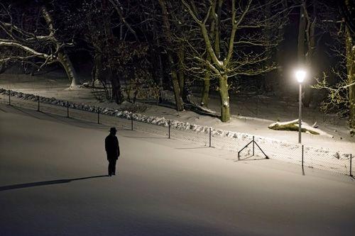 """Mann im Schnee  Mann im Schnee  Man ist """"neben der Spur"""", im Abseits, fern von Normalität, im Dunkel. Das Licht erscheint unerreichbar. Leere."""
