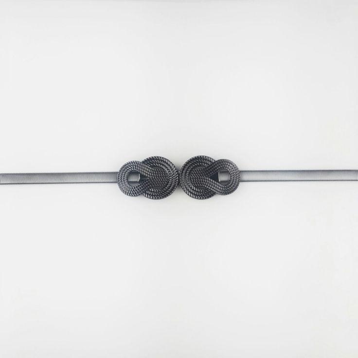 Cinturón gris oscuro metalizado con hebilla de nudo para vestido de fiesta