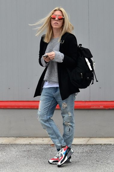 Street Style: 90s vibe andro look with grunge jumper worn under blazer with boyf ripped jeans and comfy Nike trainers