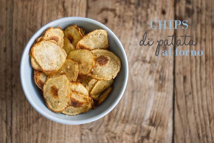 Chips di patate al forno | La tarte maisonChips di patate al forno 2 patate medie 3 cucchiai di olio extra vergine d'oliva 1/4 di cucchiaino di paprika pepe macinato sale marino Lavare bene le patate senza eliminare la buccia. Usando una mandolina o un robot da cucina affettare sottilmente le patate, più saranno sottili meglio riusciranno le chips. Raccogliere le sfoglie di patata in una ciotola, aggiungere l'olio, la paprika e il pepe. Mescolare con delicatezza utilizzando due cucchiai e…