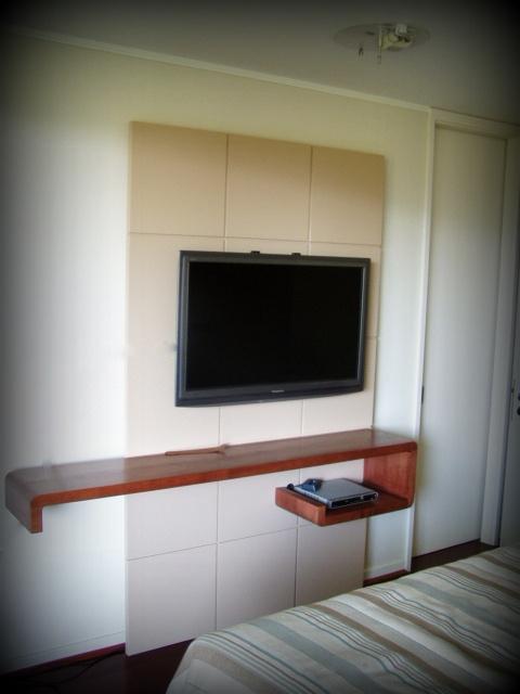 Panel lacado con TV y decodificador