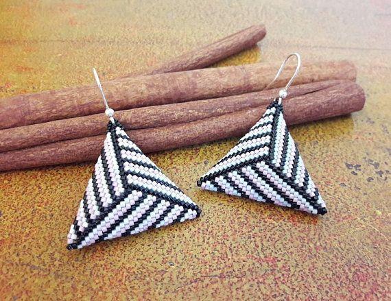 Orecchini rosa nero e grigio // Orecchini triangolo peyote // Orecchini geometrici di perline