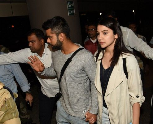 Anushka Sharma And Virat Kohli At Airport http://www.myfirstshow.com/gallery/events/view/14768/.html