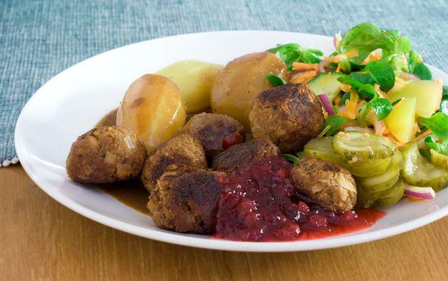 Sojafärsbullar med kokt potatis och brunsås