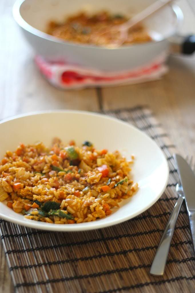 gebakken rijst met wortel, prei, paprika, courgette, ei + ev. quorn, satésaus