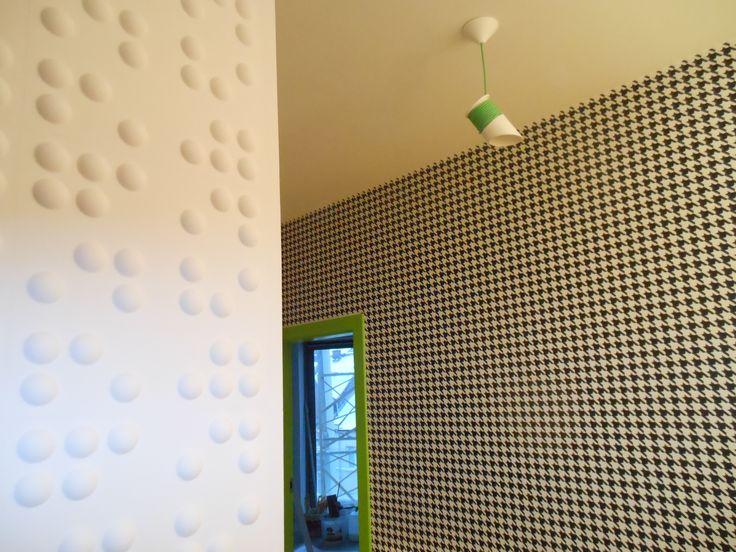 panele 3d , tapeta w katki , zielone ościeżnice , lampa owijka