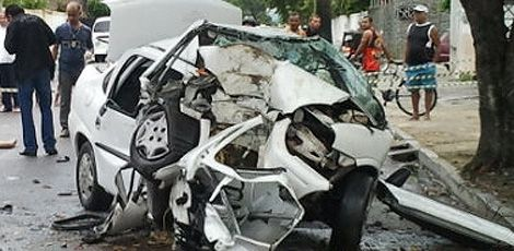 Duas pessoas morrem em colisão entre carro e árvore no Cordeiro - Carro ficou totalmente destruído. Com impacto, casal foi arremessado para fora do veículo  Foto: Thaís Sánchez/TV Jornal