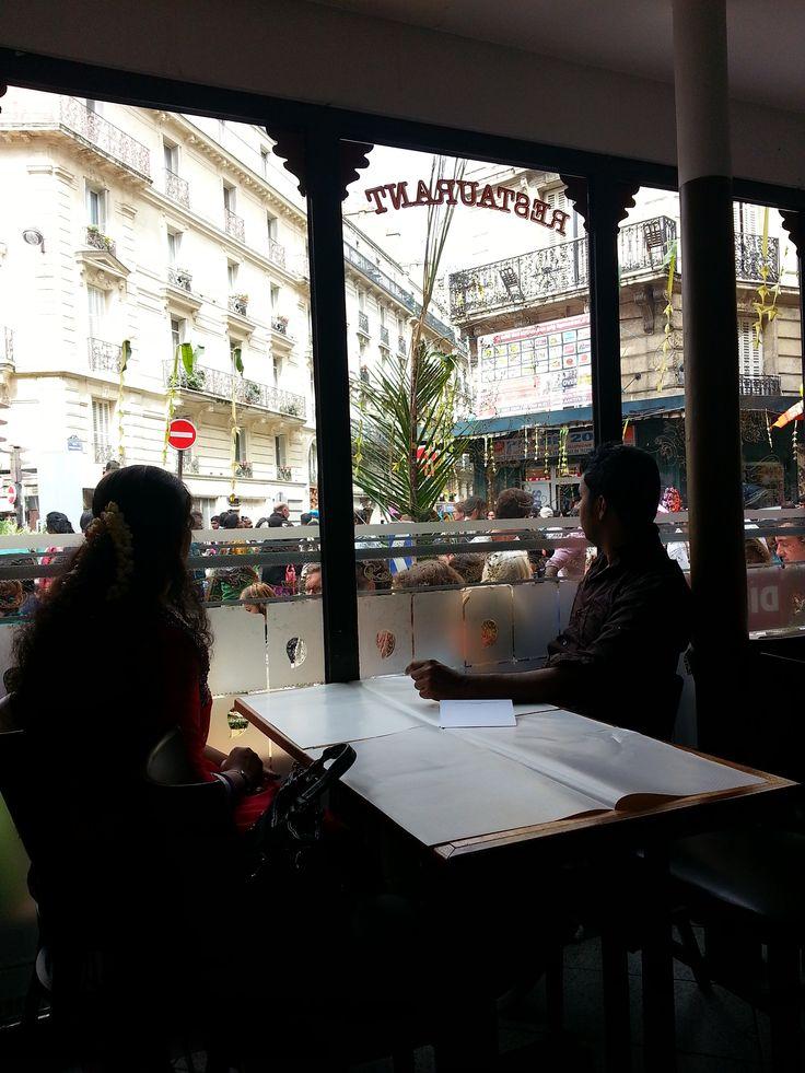 Lunch time during Ganesh - Métro La Chapelle [2] à Paris, Île-de-France