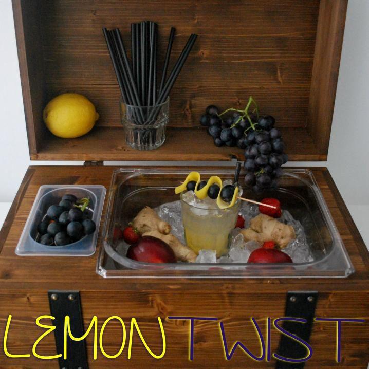 """Cocktail Analcolico  """"Lemon Twist"""" Ingredienti: Zenzero (4 rondelle pestate) Scorze di limone Zucchero di Canna ( 1 Tblsp ) Succo di Ananas ( 2 oz ) Top Soda  Tecnica di preparazione: Muddle. Pestare con un muddler la frutta a cubetti insieme allo zucchero, aggiungere ghiaccio rotto e prodotti liquidi, girare con un bar spoon.  Bicchiere: Highball  Guarnizione/Accompagnamento: Spiedino di Frutta con scorza di limone e uva nera.  www.planetone.it/summer-mintlemon-twist"""