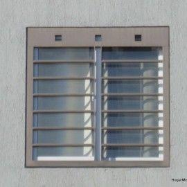 Fotografía de rejas modernas para ventanas con barrotes horizontales y cenefa