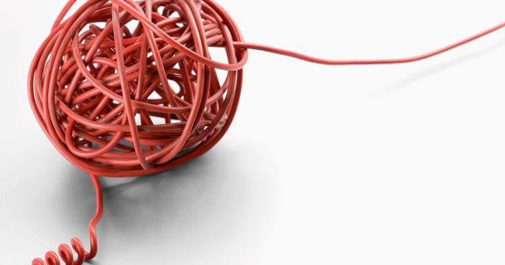 """Explicação para as cores dos fios de telefone. Você precisa de um par de fios (dois fios) para a maioria das conexões de telefone. De acordo com o site Homephonewiring.com, um desses fios é chamado de """"ponta"""", enquanto o outro é conhecido como o """"anel"""". Esses fios são facilmente identificados com a ajuda de esquemas de códigos de cor. Enquanto trabalha na fiação do telefone, você pode se ..."""