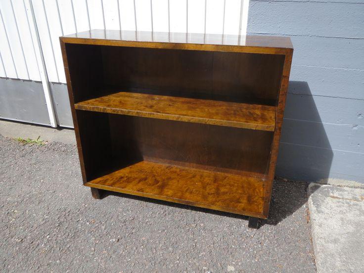 Pieni, petsattu kirjakaappi, siistikuntoinen ja tukeva. Hyllyjen paikkaa voi siirrellä. Tähän ei kuulu laseja.  Leveys 80 cm, korkeus 70 cm, syvyys 25 cm.  70 euroa.