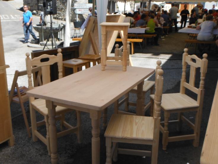 Tabuerete pequeño, sillas y mesa