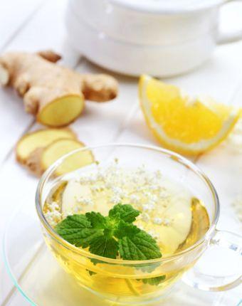 Îmbogățit cu suc de lămâie, ceaiul de ghimbir este un puternic detoxifiant și antiinflamator. Se toacă mărunt rădăcina de ghimbir și se pune la infuzat în apa proaspăt fiartă timp de 20-30 de minute, pentru a permite ingredientelor active din ghimbir să se transfere complet în apă.
