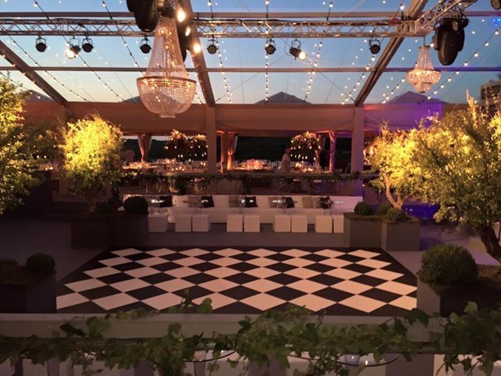 Wedding in a marquee on a vineyard? Take these crystal chandeliers for an amazing result. You can hire them. #decoration #wedding #dinner #marquee #lightning #exclusive #rental #chandelier #vineyard #luxury