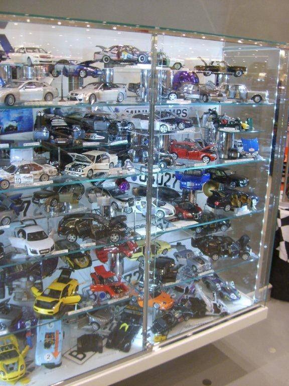 Karnımızda acıkmaya başladı, batı Berlin tarafındaki ünlü alışveriş mağazası Ka De We'de sushi yiyelim diyoruz. Tam bir felaket hayal kırıklığı. Ama alışveriş merkezinde ben maket arabalar ve playmobil oyuncakları arasında deliriyorum... Daha fazla bilgi ve fotoğraf için; http://www.geziyorum.net/berlin-2-gun/