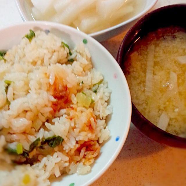 トドメです(笑)ご飯に細かく切った大根を入れて炊きました。炊き上がったら葉っぱを刻んで胡麻油、醤油、コショウで炒め煮した物を混ぜ合わせて食感をだしました。大根かなり消費出来ました(´▽`) - 115件のもぐもぐ - 大根飯*大根の味噌汁*ゆず大根♡ by haruran200238