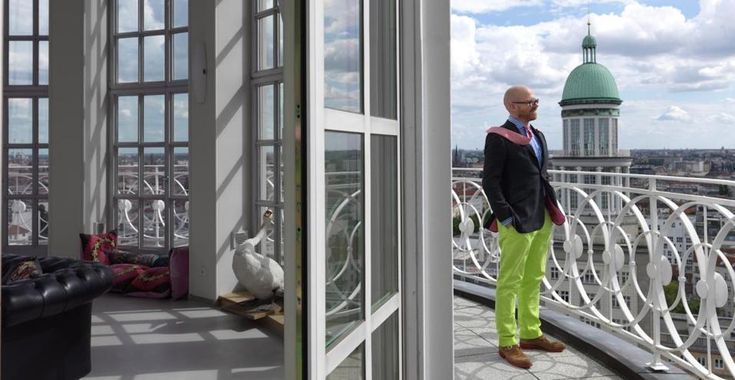 12 finestre a battente per 12 metri di altezza si aprono sul terrazzo della cupola-casa di Christoph Tophinke.
