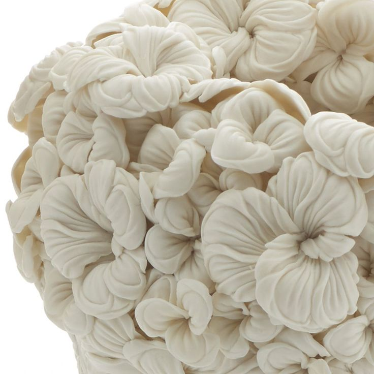 Japonci mali vždy talent na originálne a vkusné formy umenia. Dokazuje to aj japonská umelekyňa Hitomi Hosono. Vo svojich sochárskych dielach prináša monochromatické keramické sochy. Tie sú inšpirované líniami listov a kvetín. Tvary vychádzajú z jeho štúdia botaniky v záhradách. Monochromatické zobrazenie má sústrediť pozornosť človeka z farieb prírody na ich jedinečné tvary, ktoré sú …