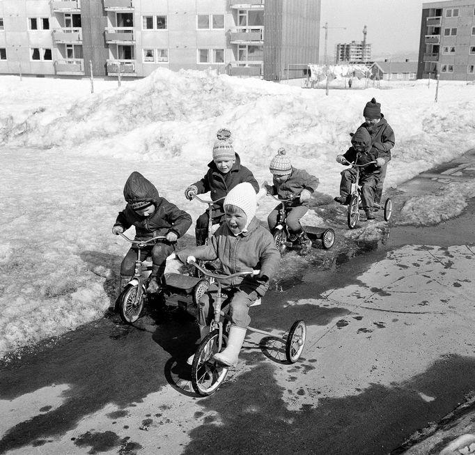14. april og årets første sommerdag! I virkeligheten var det en ekte vinterdag med maksimumstemperatur minus 1,5 grader. Men Torild, Peder, Rune, Odd Ivar, Erik og Berit har kledd seg godt og synes det er artig lell ... (Adresseavisen 15. april 1966)