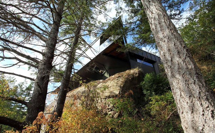 House Overhanging a Cliff Has Special Connection with Nature