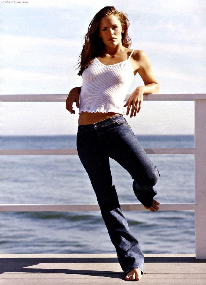 Jennifer Garner barefoot in jeans