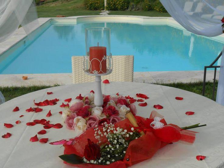 Una cena romantica speciale, organizzata a bordo piscina... al ristorante romantico Taverna di Bibbiano, tra Colle di val d'Elsa e San Gimignano (Siena), a mezz'ora da Siena, a 45 minuti da Firenze.