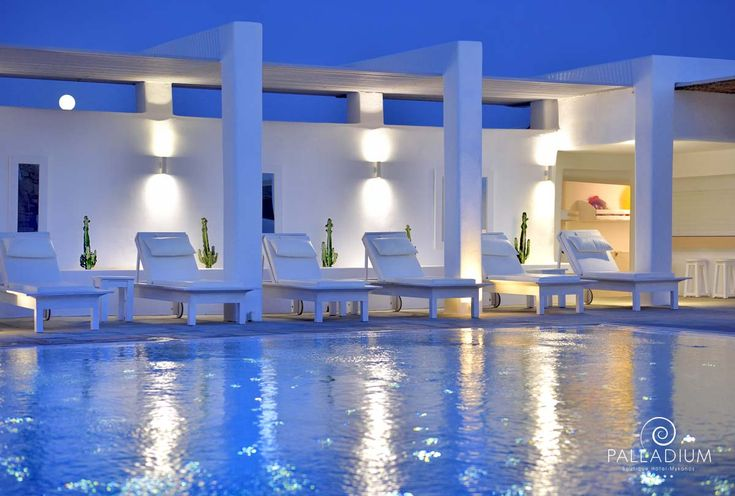 In the midst of January, we still can't forget those leisurely moments by the pool… Can you blame us?