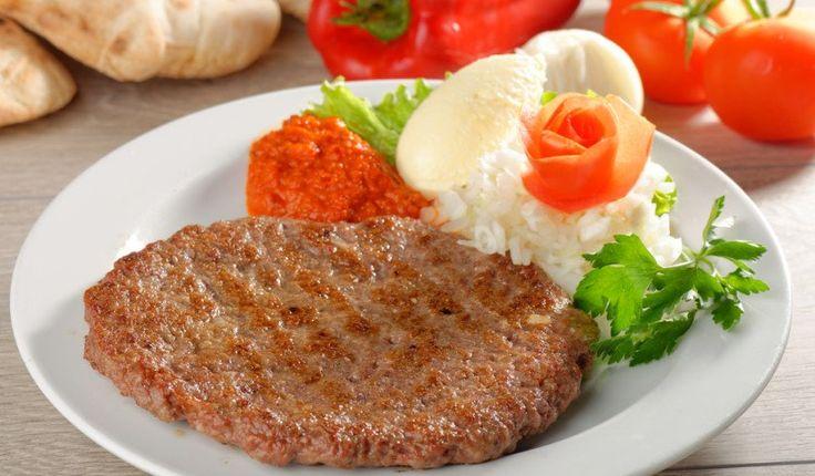 Плескавица – сербская котлета на гриле из говядины, свинины и лука.говядина 175 г свинина 75 г лук 10 г соль по вкусу сахар 3 г