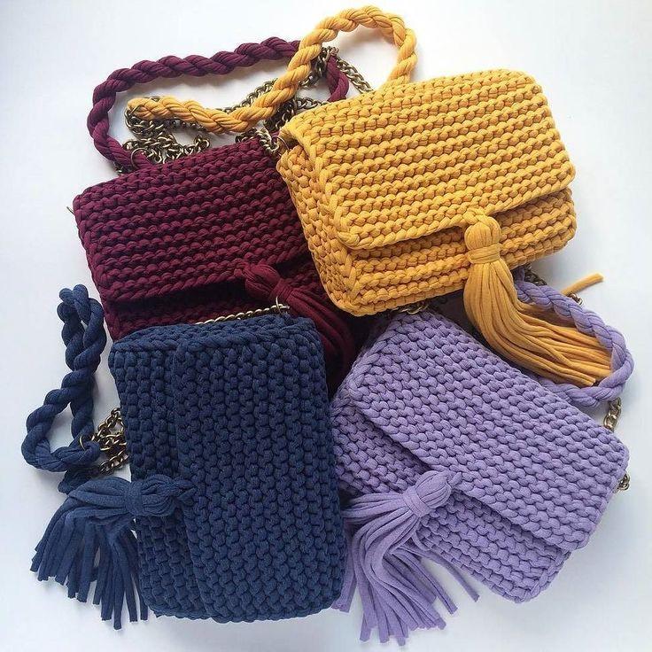Bolsos  tejidos a trapillo pequeños con cadena y boton magnetico con lindos accesorios.  by @katerinka_kasyanova  #handmade #diy #cosy #knit #knitting #trapillo #tshirtyarn #crochet #stitch #knittersofinstagram #yarn #crocheting #instacrochet #tejer #ganchillo #yarnaddict #handcraft #knitwear #shopsmall  #crochetersofinstagram #Labrigo