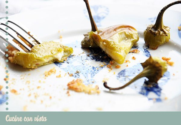 Ricetta per friggitelli o peperoni verdi. Ricetta veloce friggitelli al forno con mozzarella e cipolla di tropea. Come preparare velocemente i friggitelli.
