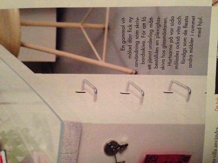 Gammal dörr med plexiglas på som skrivbord