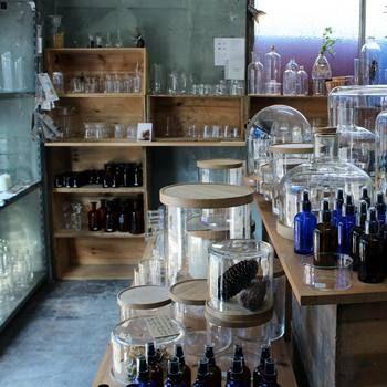 もともと高温や薬品などの刺激にも耐えることのできる強いガラス製品を作ってきたからこそ、高いクオリティの製品を生み出し続ける小泉硝子製作所。その特性ゆえ、オンラインショップなどはありますが、普段は個人に向けての小売り販売を行っていません。