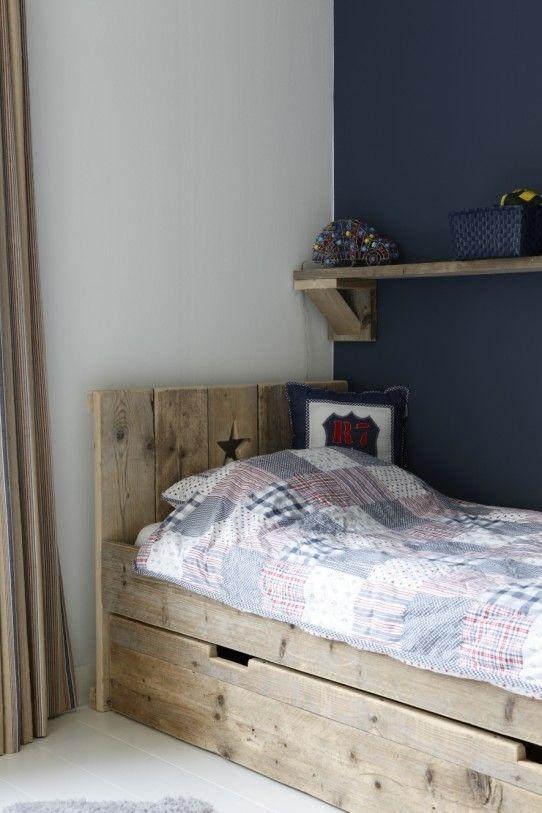 mooi bed van steigerhout met lade=pretty bed made from barnwood with drawers.