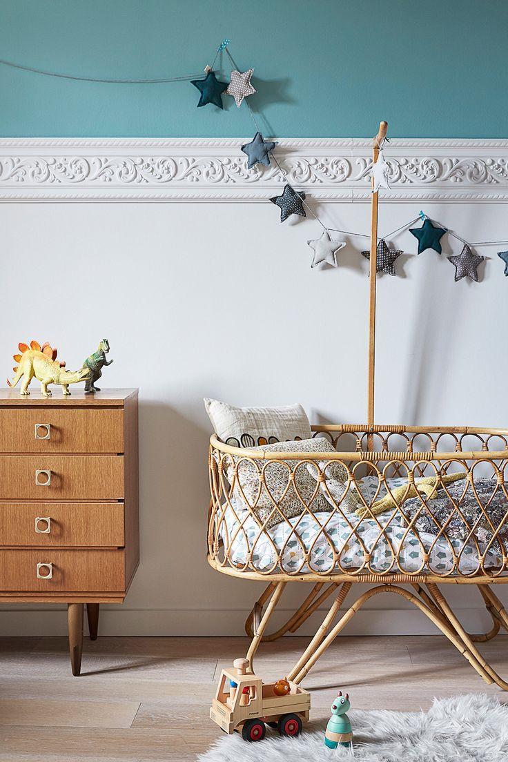 Inspiration décoration Chambre d'enfant. La chambre Vintage. Commode années 60, lit en rotin, et couleurs profondes comme ce bleu canard.