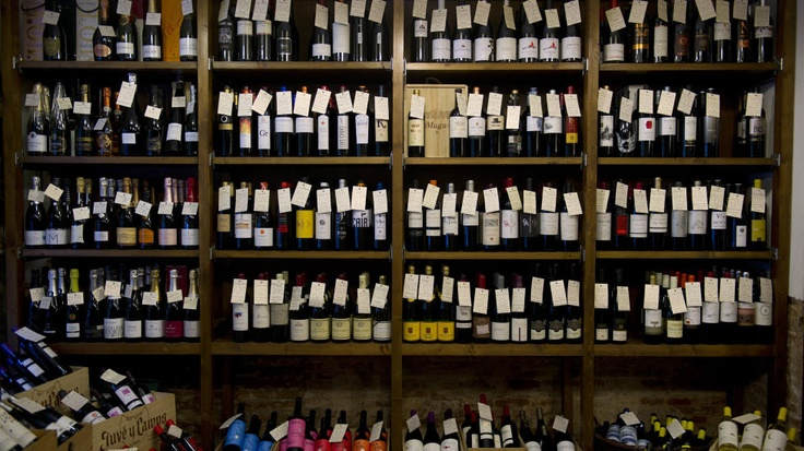 MERKELAPPER: Hver flaske er utstyrt med en håndskrevet merkelapp. Foto: INGUN A. MÆHLUM