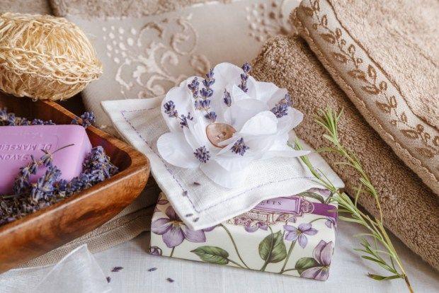 Levanduli můžete spotřebovat mnoha způsoby. Na vaření, na výrobu domácí kosmetiky i pro vůni do šatníku. Vyrobte si vlastní voňavé polštářky, které spolehlivě zaženou moly.