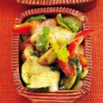 Raclette mit Sommergeschmack: Zucchini, Paprika und Champignons gemischt mit mediterranen Kräutern bekommen eine Kruste aus Fontina-Käse.