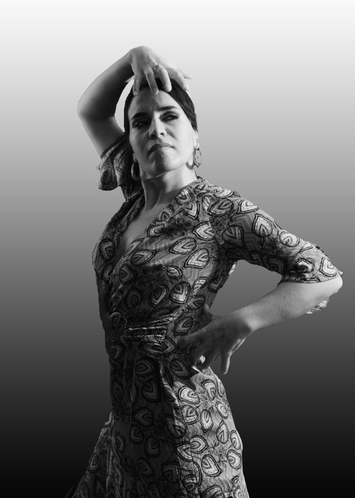 Natalia García-Huidobro  Vinculada al teatro por tradición familiar toma contacto con los escenarios a temprana edad. Con 15 años empieza a estudiar danza clásica, contemporanea y flamenco en Santiago de Chile.
