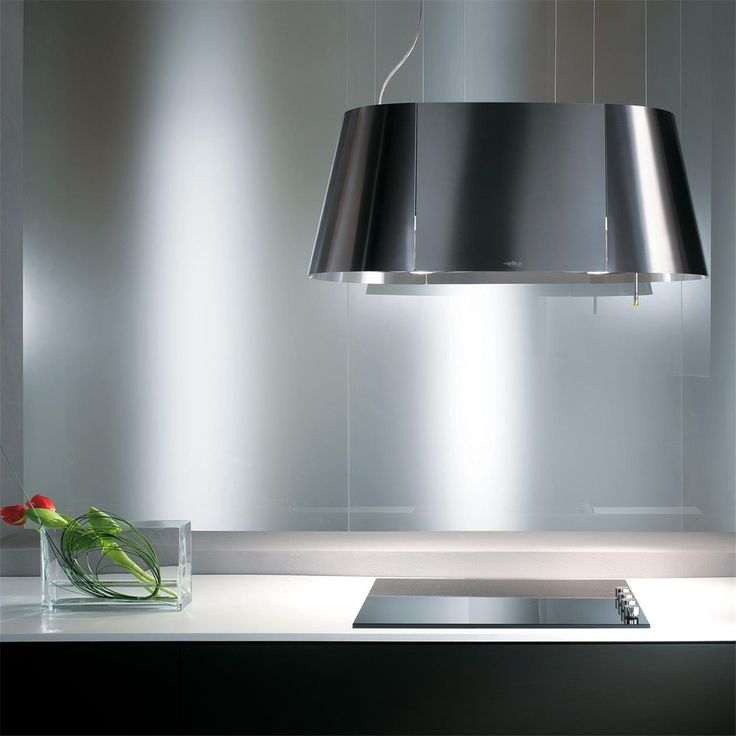 Pour une cuisine en îlot, optez pour cette hotte suspendue ! Sa forme ovale optimise son pouvoir d´aspiration. Le modèle est disponible en 90x50 cm.