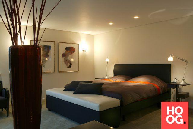 Slaapkamer inrichting met luxe bed | slaapkamer design | bedroom ideas | master bedroom | Hoog.design