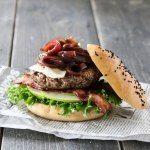 Hamburger med eple, bacon, brie og rødløkskompott