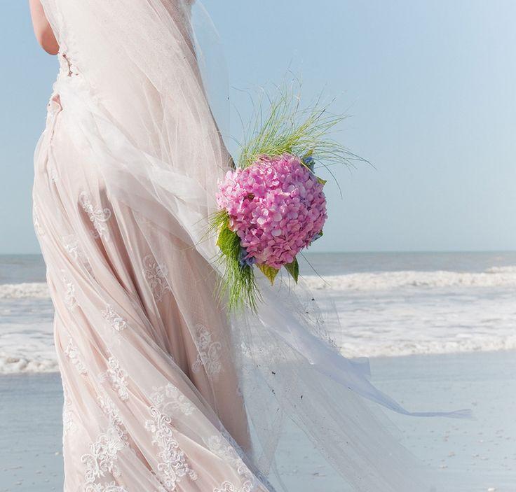 Planladığınız düğün kumsaldaysa uçuş uçuş, sade, straples gelinlikler düşünebilirsiniz. Önerimiz gelin buketinizi yaz çiçeklerinden seçmeniz. Tercihiniz?