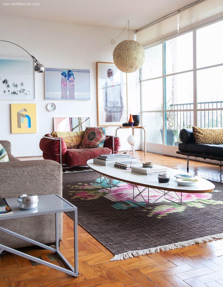Parede galeria, tapete floral e móveis de design como a mesa de centro Eames e couch de Mies Van der Rohe.
