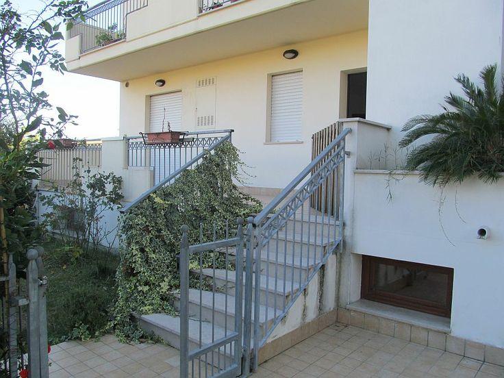 Ingresso autonomo  http://www.immobiliarepineto.it/appartamenti-trilocali-3-locali-/trilocale-ingresso-indipendente-con-garage-zona-residenziale-comparto-34.html