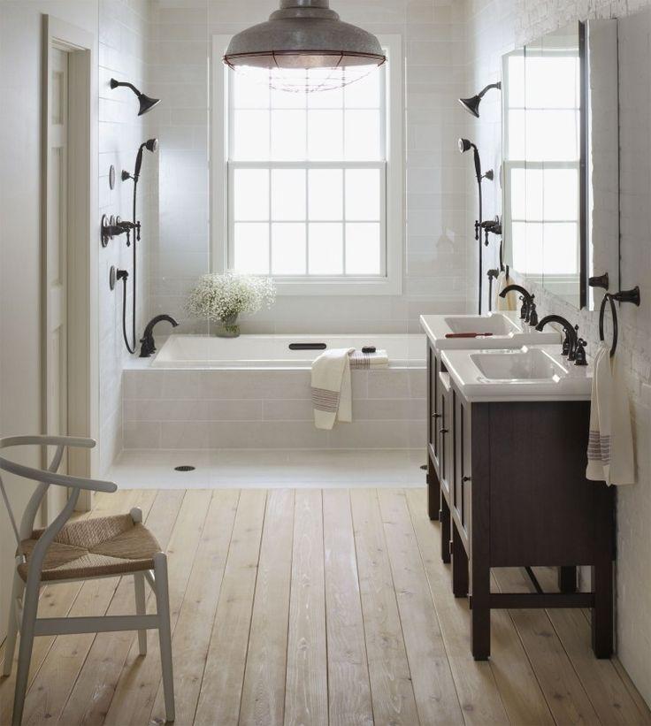 salle de bains vintage avec carrealge blanc plancher en bois et douches - Carrelage Douche Salle De Bain