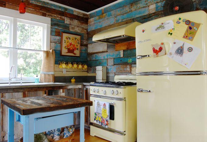 House of Turquioise: Corynne Pless.     Cocina rústica. Madera. Toques de azul. Electrodomésticos que imitan a los antiguos.