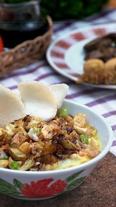 Bubur Ayam Cirebon tidak terlalu berbeda dengan bubur ayam lainnya. Perbedaannya terletak pada tambahan kuah kaldu gurih beraroma rempah.