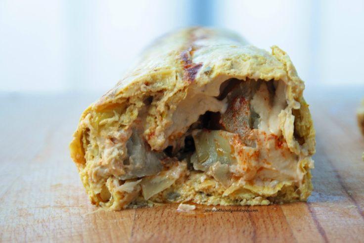 Roll o wrap gigante de quiche vegana rellena de hummus y alcachofas, una receta original, deliciosa y completa para triunfar en las cenas de picoteo.