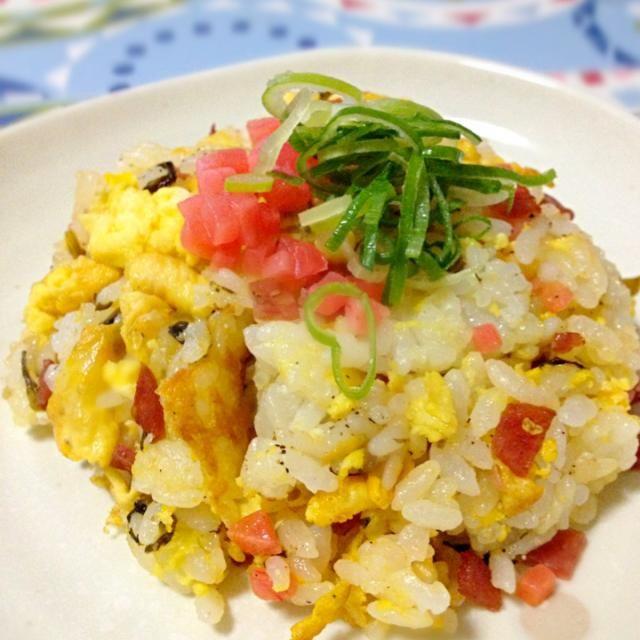 またまたスーパーのリメイク(^^;; 高菜に紅生姜と昨夜ののおつまみのサラミの残りを入れて。 最後に回しかけた辣油が多かった - 132件のもぐもぐ - リメイク炒飯 by akubisamurai